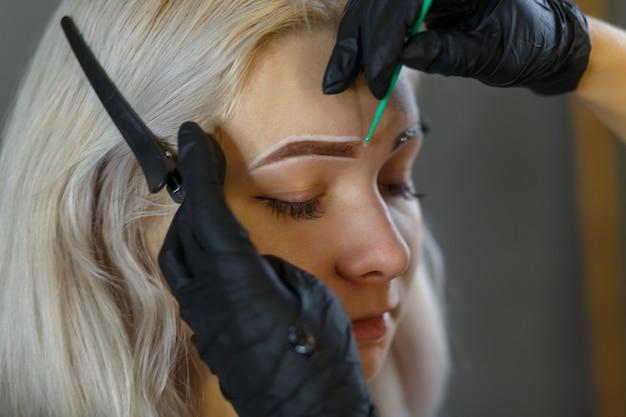 Kosmetolog wykonujący makijaż permanentny na brwi - tatuaż na brwi microblading