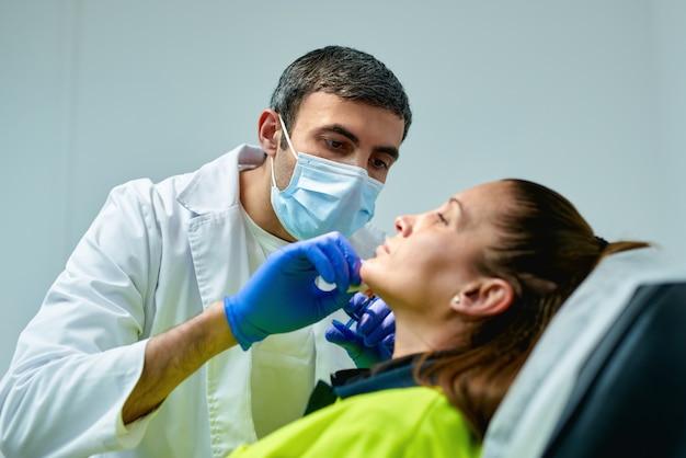 Kosmetolog wykonujący zastrzyk z botoksu