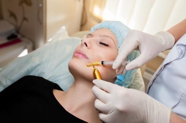 Kosmetolog wykonuje zabiegi kosmetyczne