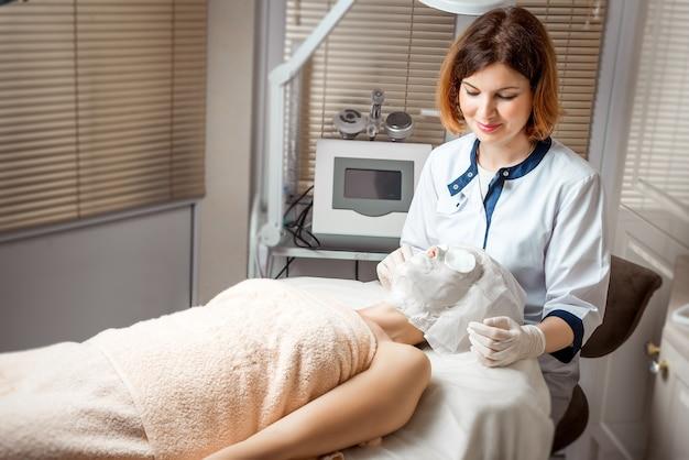 Kosmetologia sprzętowa. pielęgnacja ciała. leczenie uzdrowiskowe. zabieg modelujący sylwetkę kawitacji ultradźwiękowej.