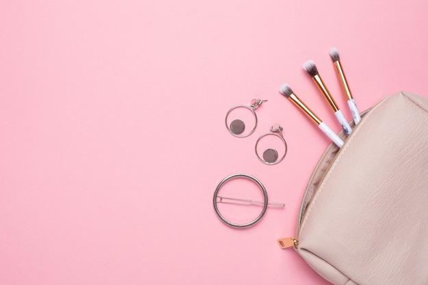 Kosmetyczka damska ze szczotkami do makijażu i kolczykami z miejscem na tekst