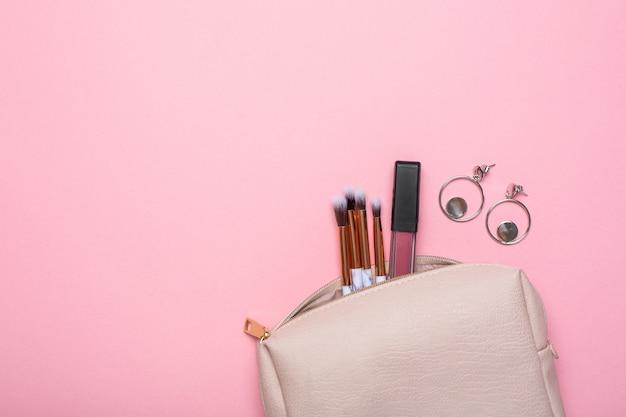 Kosmetyczka damska ze szczotkami do makijażu i kolczykami