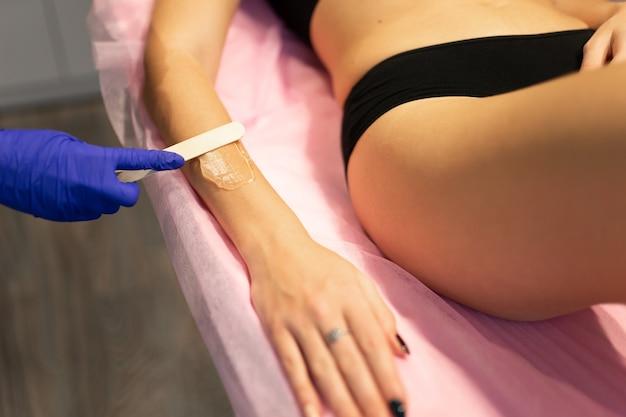 Kosmetyczka nakłada żel do depilacji