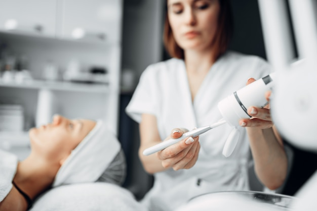 Kosmetyczka przygotowuje laser, zabieg odmładzający
