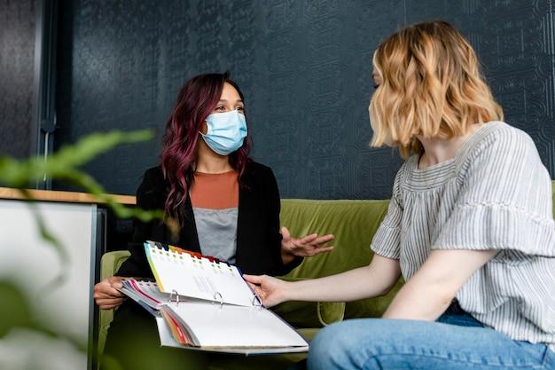 Kosmetyczka udzielająca konsultacji kosmetycznych