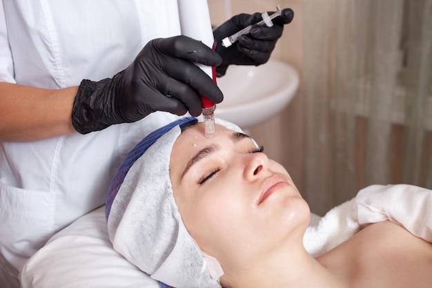 Kosmetyczka wykonuje zabieg micronidling