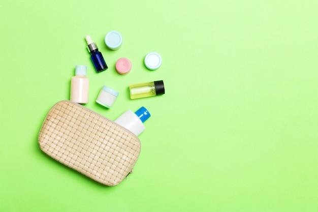 Kosmetyczka z wypuszczonymi produktami kosmetycznymi