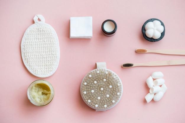 Kosmetyczna sól do kąpieli, winogronowy goma do twarzy, peeling kawowy do ciała na różowej powierzchni