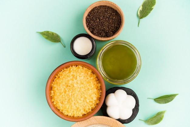 Kosmetyczna sól do kąpieli, winogronowy gomaj do twarzy, peeling kawowy do ciała na miętowej powierzchni. kosmetyk spa, zero odpadów.