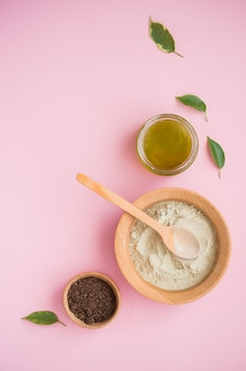Kosmetyczna sól do kąpieli, winogronowy gomaj do twarzy, peeling kawowy do ciała na różowej powierzchni