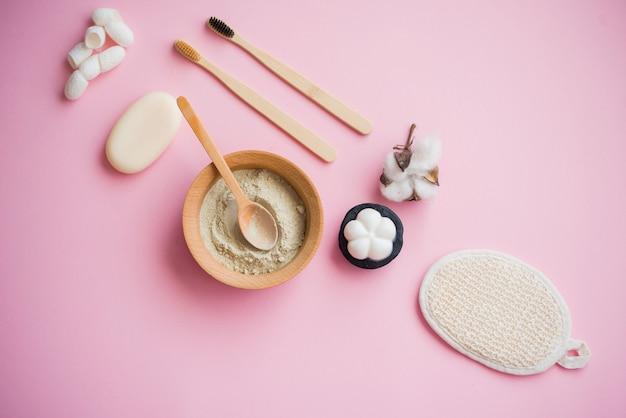 Kosmetyczna sól do kąpieli, winogronowy gomaj do twarzy, peeling kawowy do ciała na różowym tle.