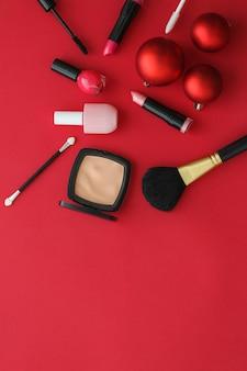 Kosmetyczny branding modowy blog okładka i dziewczęca koncepcja glamour makijaż i kosmetyki zestaw produktów dla marki kosmetycznej promocja świąteczna wyprzedaż luksusowy czerwony flatlay tło jako projekt wakacyjny