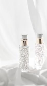 Kosmetyczny branding wilgoci i koncepcji spa serum pielęgnacyjne i podkład do makijażu żel w butelce nawilżający...