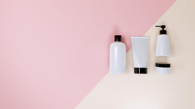 Kosmetyczny butelki mockup ustawiający na menchiach, 3d rendering.