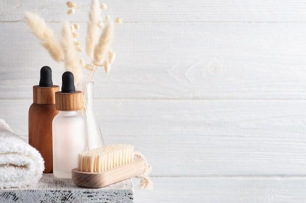 Kosmetyczny olejek eteryczny na drewnianej ścianie. naturalne organiczne spa z przyjaznym dla środowiska opakowaniem z miejscem na kopię