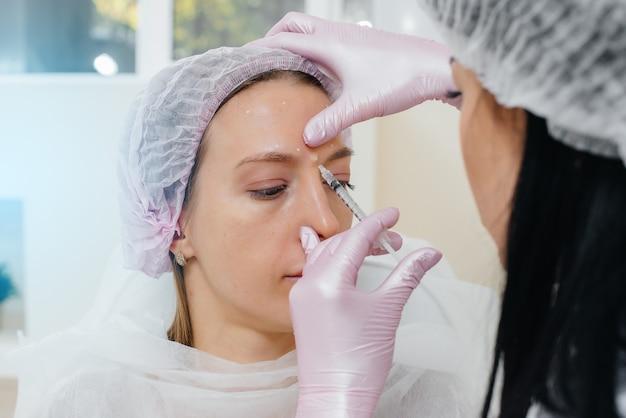 Kosmetyczny zabieg biorewitalizacji i usuwania zmarszczek dla młodej pięknej dziewczyny. kosmetyka.