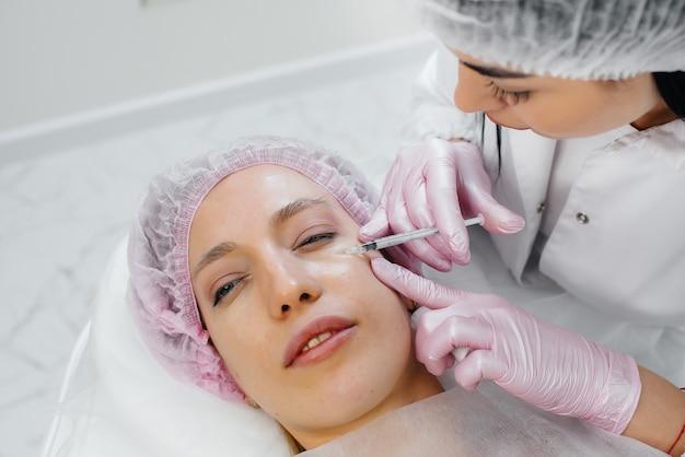 Kosmetyczny zabieg biorewitalizacji i usuwania zmarszczek dla młodej pięknej dziewczyny