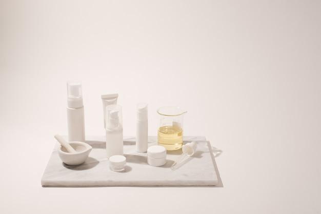 Kosmetyk i pielęgnacja skóry dla rutyny pielęgnacyjnej na białym tle z cieniem