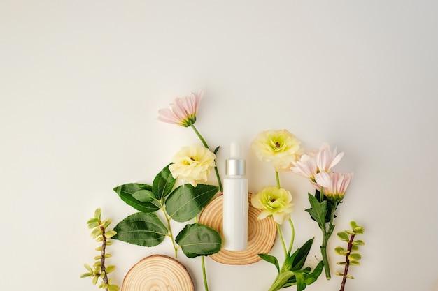 Kosmetyk kosmetyczny z naturalnym składnikiem i kwiatem.