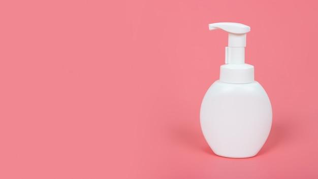 Kosmetyk makiety butelki na pastelowym różowym tle