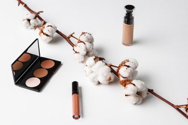 Kosmetyki dekoracyjne na białej powierzchni