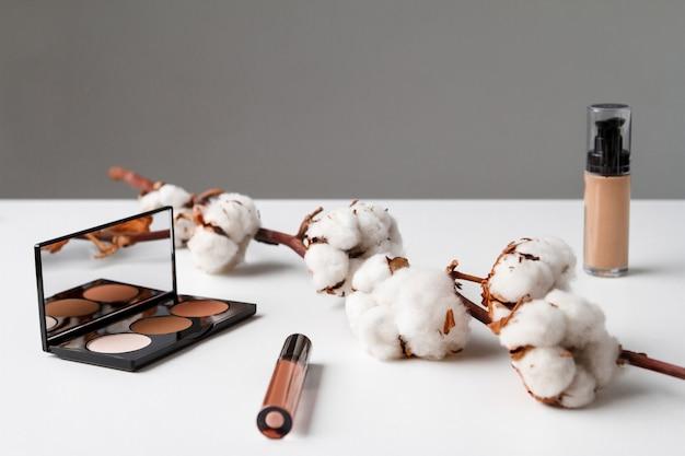 Kosmetyki dekoracyjne na białym stole.