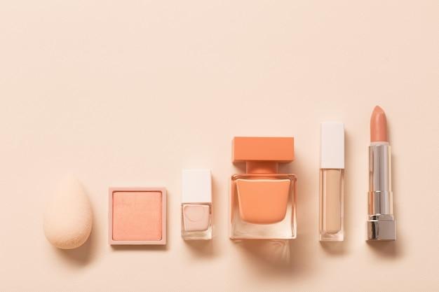Kosmetyki dekoracyjne o zapachu na pastelowej powierzchni