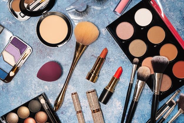 Kosmetyki dekoracyjne, pędzle do makijażu sztuczne rzęsy na niebiesko