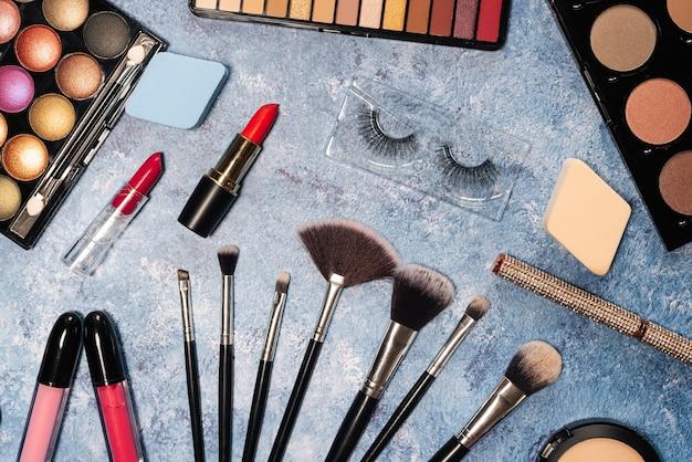 Kosmetyki dekoracyjne, pędzle do makijażu sztuczne rzęsy. widok z góry