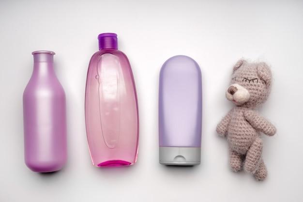 Kosmetyki dla dzieci i zabawka na białej powierzchni