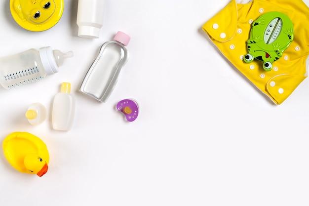 Kosmetyki dla noworodków na białym tle widok z góry