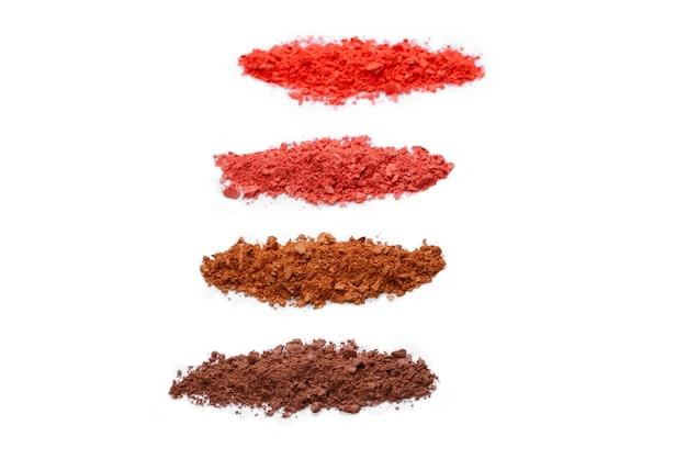 Kosmetyki do makijażu. cienie do powiek w brązowo-czerwonych kolorach zmiażdżona paleta, kolorowy puder do powiek na białym tle