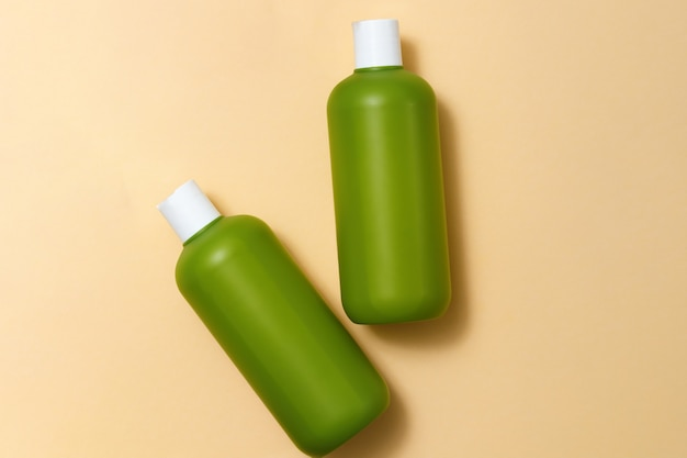 Kosmetyki do pielęgnacji skóry na beżowym tle