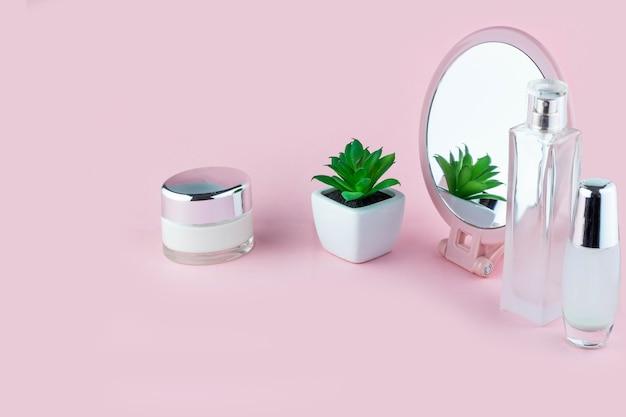 Kosmetyki do pielęgnacji twarzy w buteleczkach z lusterkiem