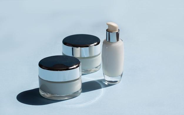 Kosmetyki do twarzy. słoiki kremu, serum i maski na twarz. bloger kosmetyczny, koncepcja salon procedur. minimalizm.