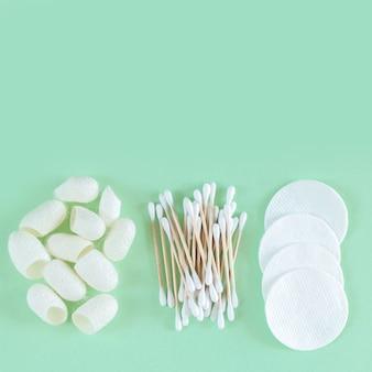 Kosmetyki do usuwania i pielęgnacji skóry z bawełny organicznej: płatki, waciki, kokony jedwabników widok z góry