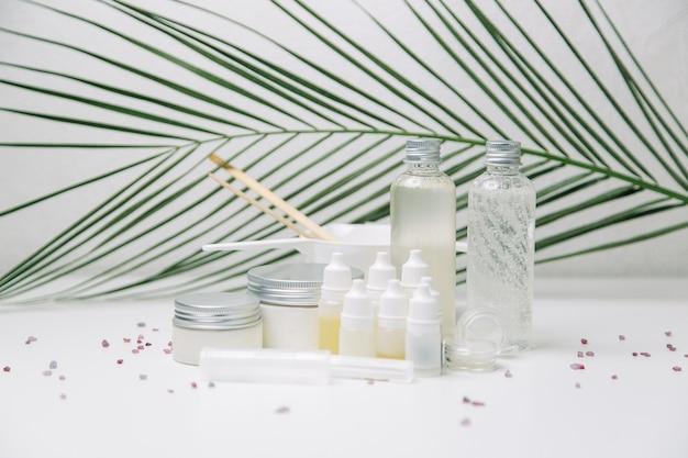 Kosmetyki ekologiczne w słoiczkach z różowym kolorem. butelka flatley z naturalnych składników.
