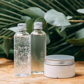 Kosmetyki ekologiczne w słoikach z zieleniną. butelka kosmetyków naturalnych flatley.