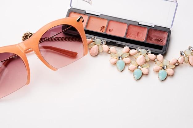 Kosmetyki i biżuteria na białym stole