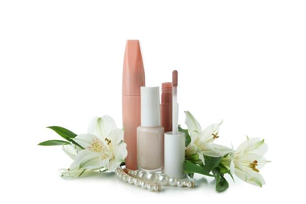 Kosmetyki i kwiaty na białym tle