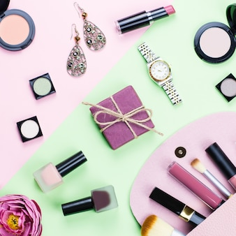 Kosmetyki i modne akcesoria płaskie leżały na pastelowym tle