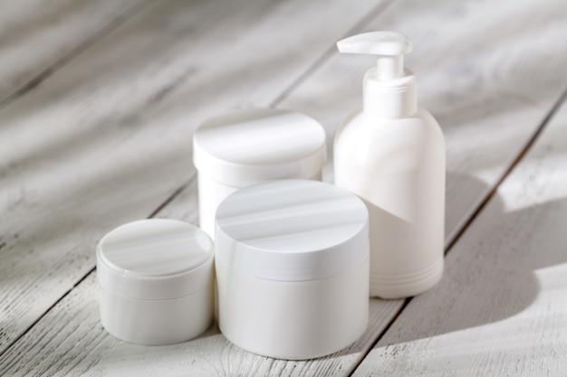 Kosmetyki marki spa na białym tle