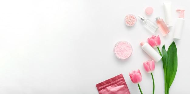 Kosmetyki medyczne do pielęgnacji skóry tworzą produkty do kąpieli. butelki kosmetyczne, tuby, dozownik, zakraplacz, opakowanie kremu surowicy. kosmetyki marki spa dla produktów do kąpieli. baner internetowy z miejsca na kopię