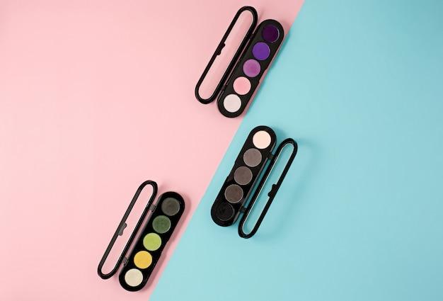 Kosmetyki na nowoczesne kolorowe tło