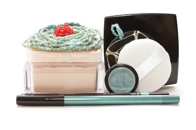 Kosmetyki na różowej tkaninie