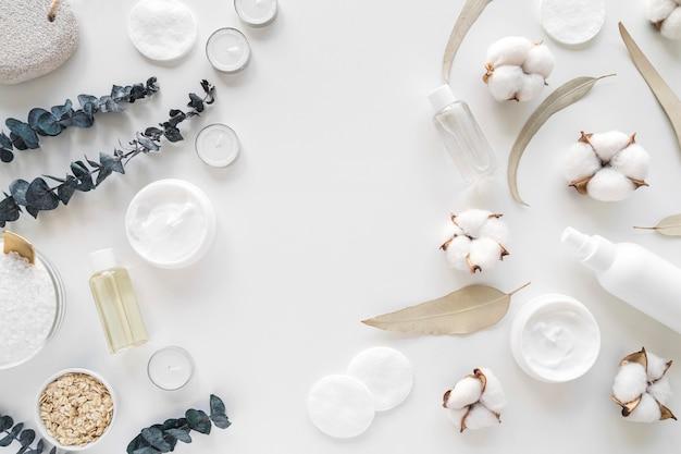Kosmetyki naturalne leżące na płasko z dyskami czyszczącymi