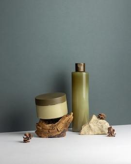 Kosmetyki naturalne na zielonym tle. krem. minimalizm. ochrona skóry. pielęgnacja ciała. skopiuj miejsce. makieta.