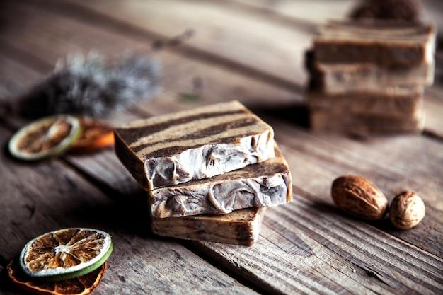 Kosmetyki naturalne. organiczne mydło do szorowania na drewnianym stole. oczyszczenie, zdrowa skóra i piękne ciało.
