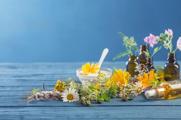 Kosmetyki naturalne ze składników ziołowych na niebieskim tle