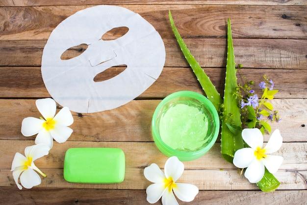 Kosmetyki naturalne ziołowa maska w płacie, kojący żel i ekstrakt mydła ziołowego bambusa